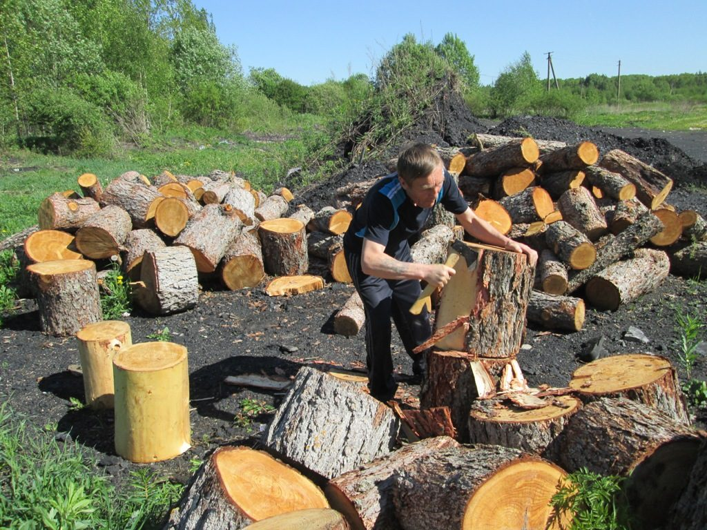 Получатель социальных услуг Киселев А.Ю. готовит материал для работы